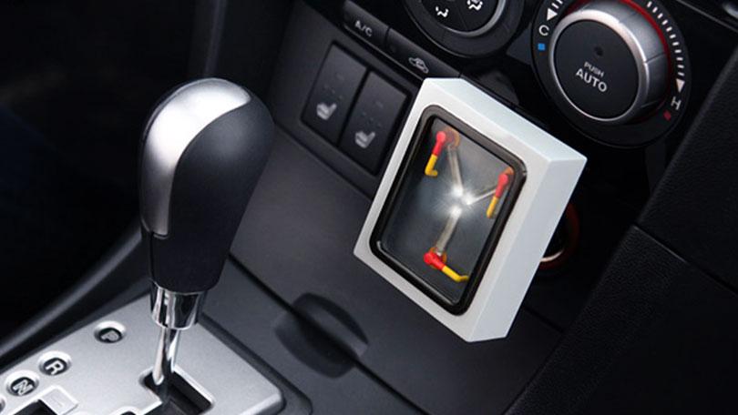 Regali Geek, caricabatterie USB da auto come il Flusso Condensatore di Ritorno al Futuro