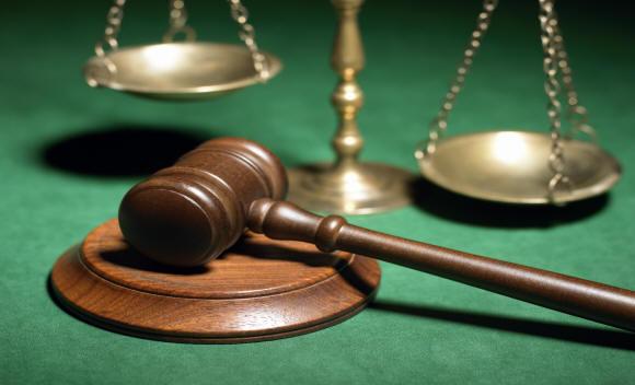 CD-ROM illeggibile, contenente atti giuridici, provoca la scarcerazione di due indagati